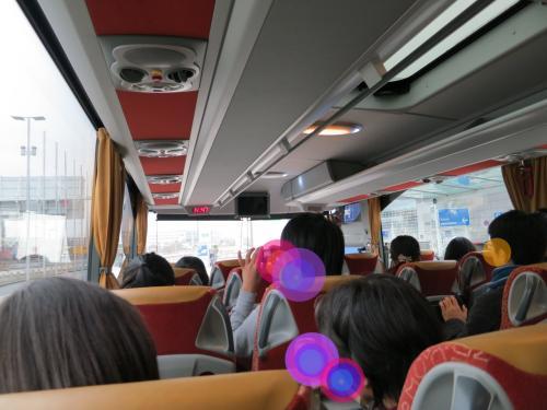 今回の移動はずべて観光バス。<br />いわゆる「ゆとりバス」ではありませんが<br />そんなに狭さは感じませんでした。<br /><br />フランクフルト空港についてすぐ、<br />ホテルに向かう前に一番目の観光地、ハイデルベルクに向かいます。<br />(少しお行儀が悪いですが、空港に到着してからスーツケースを開けて<br />防寒具など必要なものを取り出す時間がありました。すぐに取り出せるように<br />工夫しておくといいと思います)<br /><br />
