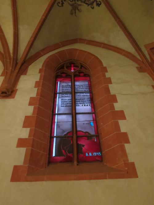 ギリギリで教会の中に入れたので、急いで見学。<br />(中に入れるのは17時まで)<br />入ってすぐ、右手には広島に投下された原爆をモチーフにした<br />ステンドグラスがあります。