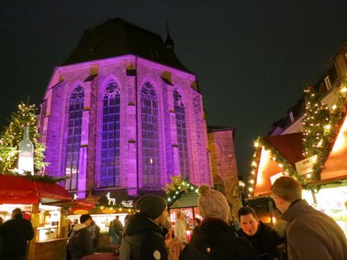 街の中心は「マルクト広場」です。<br />怪しいライトアップの「ハイリヒガイスト教会」の前に広がっています。