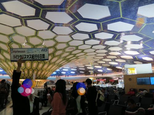 【2日目】<br /><br />飛行機に乗っているだけで、旅行行程も2日目に突入。<br />12時間50分かけてアブダビ空港に到着です。<br />着いた瞬間ムオっと…予想と反して湿気が多い地域だそうです。<br /><br />なお、こういうった奇抜なデザインの空間はここだけで、<br />他のターミナルはどうってことのないです…<br /><br />添乗員さんについて、乗り継ぎ便のターミナルに移動。<br />