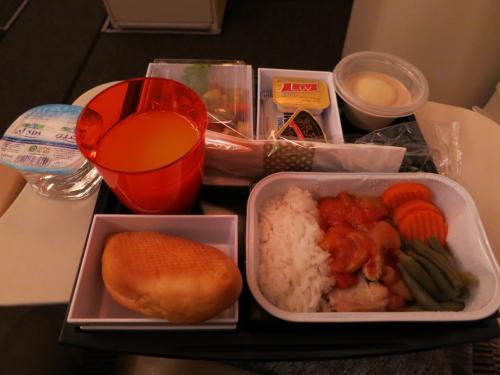 一度目のお食事です。<br />洋食2種類と和食、から選べます。<br />中東系航空会社だからといって、とくに食事に景気のよさは感じられず<br />いたって普通というか普通以ゴニョゴニョ…