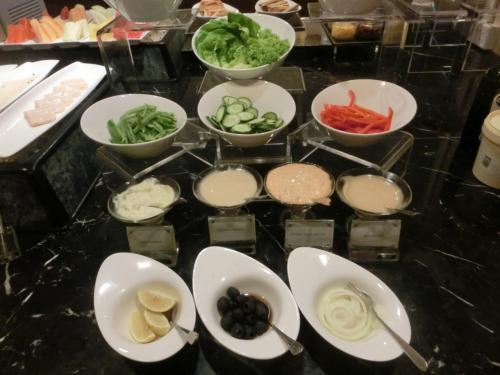 サラダコーナーとして、青菜(レタス、サラダ菜)、パプリカ、キュウリ、インゲン、オニオン、オリーブ、レモンがある。
