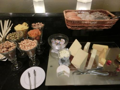 チーズ(写真)の種類が多いのが嬉しい。ナッツ類、ドライフルーツ、そしてパン各種。