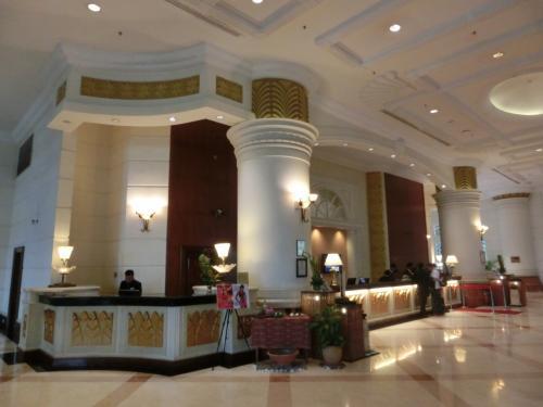写真を撮った後、ガードマンに「Thank you」と言って少し話しかける。私が日本から来たと言うと、彼は笑顔で喋りはじめる。<br />写真:マリオットホテルのフロント