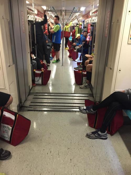 自宅近くの行天宮駅から地下鉄に乗りました。<br /><br />通常、台北の地下鉄は6時が始発ですが、この日は台北マラソン用に5:20から走っていました。<br /><br />乗ってみると、全員、マラソン参加者。<br />赤いカバンは台湾でのマラソン参加時に必須です。