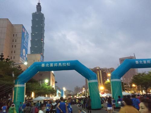 市政府前のスタート地点<br /><br />台北マラソンは<br />フル 7000人<br />ハーフ 19500人<br />9k 14500人<br />3k 10000人<br /><br />の台湾最大の大会です。