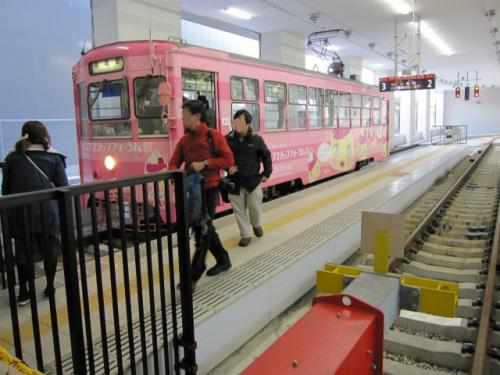 2014年4月、万葉線の高岡駅停留所は、駅前から駅ビルの中に移転しました。これまでより格段に乗りやすくなりました。広い待合室もあります。