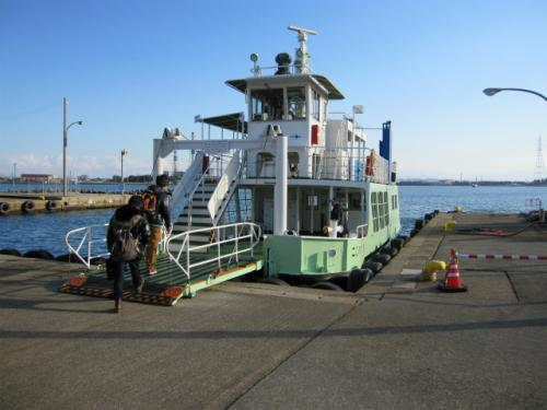 越ノ潟駅の目の前に、富山新港を渡る、県営渡船乗り場があります。無料で向こう岸まで渡れます。<br /><br /> 富山新港ができるまでは、対岸とは陸続きで、鉄道と道路が通っていました。しかし、港が開削され、分断されてしまったので、渡船でつないでいます。