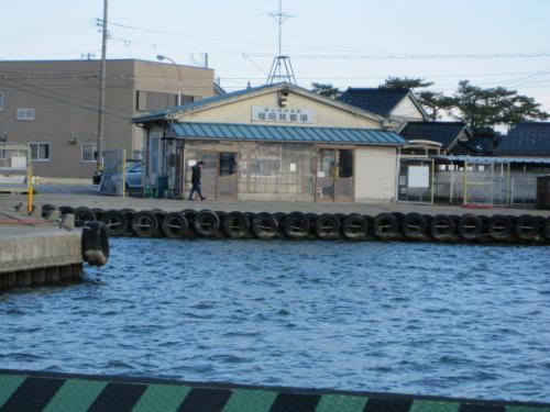 およそ5分ほどで対岸の堀岡発着場に到着です。<br /><br /> ここから富山ライトレールの岩瀬浜駅まで、土日祝日のみ運行のバスに乗ります。