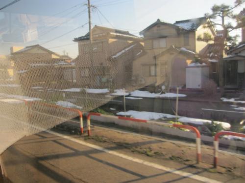バス通りの隣に、富山地方鉄道射水線の廃線跡が見えます。現在は、サイクリングロードとして整備されています。