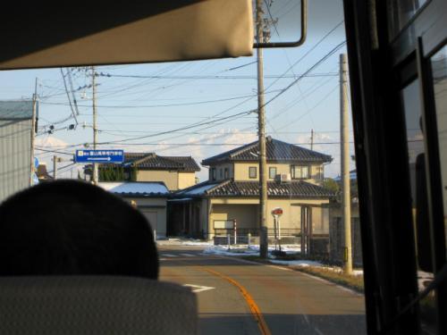 バスの前方にもやはり立山連峰。まるで壁のようです。