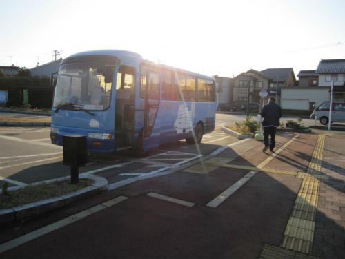 堀岡発着場前の新港東口バス停から約25分で、岩瀬浜駅に着きました。