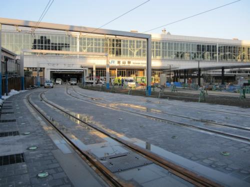富山駅正面口は、3月の新幹線開業に向けて、駅前の工事中です。富山地方鉄道の市内線を、駅舎のところまで引き込む工事も行われています。