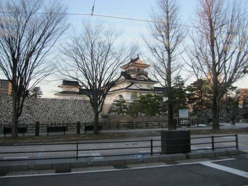 市内線の環状線に乗りました。途中、富山城址公園の横を通ります。