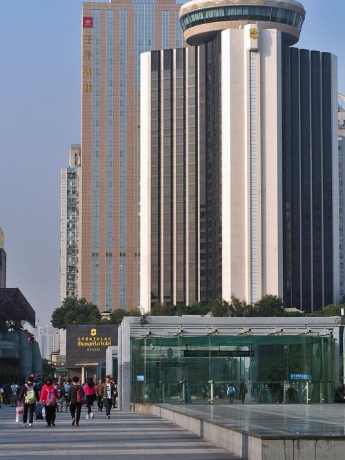 上水站バス停のスグ前からMTRの列車が出ています<br />一駅で『羅湖』に到着です。<br /><br />このルート、ムッチャ悩みましたが、大正解!楽ちん(^^♪<br />76歳の母を連れての香港から深センへの入国、楽でした!<br />入国・出国審査も70歳以上のレーンが別にあり、ほとんど並ぶことなくスイスイ<br />2人とも、E道取得者ですから、指紋認証でスイスイです