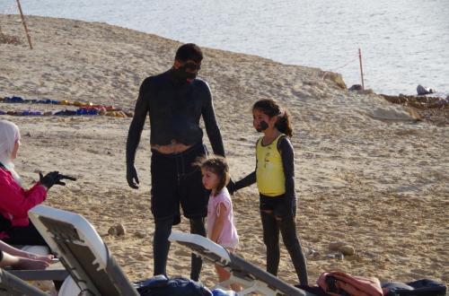 早速死海へ。<br />みんな泥を塗っていて黒い。