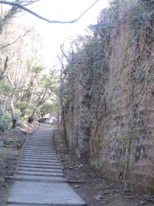 岩の横縞は、建築材「房州石」が手堀りで切り出された跡です。