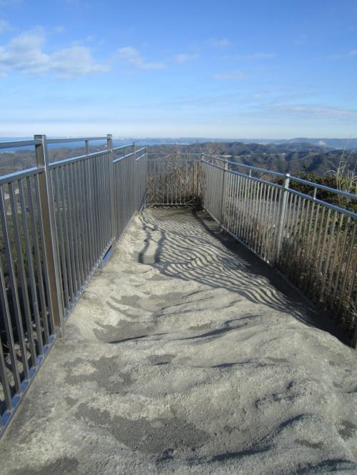 こわっ!こわっ!!<br /><br />柵はあるけど、落ちてもおかしくないよね〜山には誰もいないし、私が落ちても誰にも気づかれないかも・・・