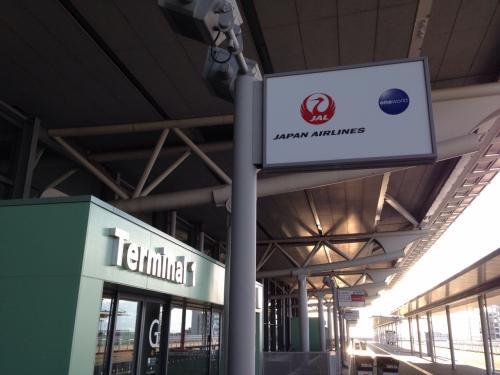 今回は初めて関空からの出発です。<br />名古屋に住んでいるボクとしては、過去(静岡に住んでいるころ)に羽田から中国の大連へ行く時の乗り継ぎ利用と、別件で関西空港に仕事で来たことだけはありました。<br />しかし、純粋に関空出発というのは今回が初めて。<br />写真はターミナル1の4階出発ロビーへの入口あたり、JAL便の利用でしたのでFカウンター近くの入口です。