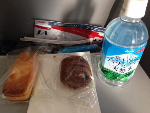 機内食(朝食)です。<br />しょぼい...