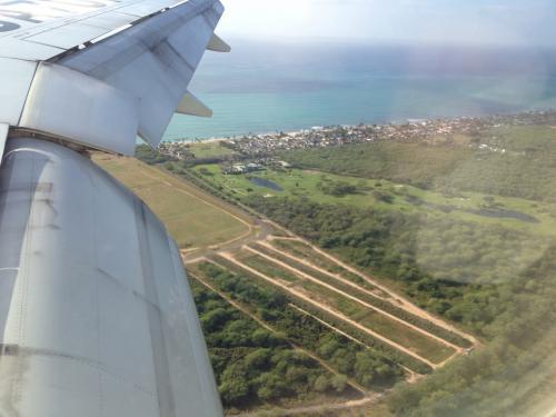 いよいよホノルル国際空港に着陸です!<br />ハワイ〜♪