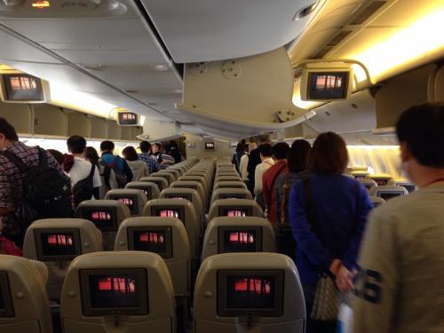 ホノルル国際空港に着陸し、飛行機から脱出... 空港のターミナルビルへ