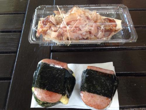 上が「山ちゃん」のタコ焼き、下が「SUSHI ROBOT」で買ったスパムむすび。これがハワイ到着して最初の食事でした。