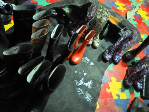 最初から長靴を履いていく。履いていた靴は、みんなの分、まとめて保管しておいてくれた。<br /><br />HODAKAは長靴のレンタル代金込み。