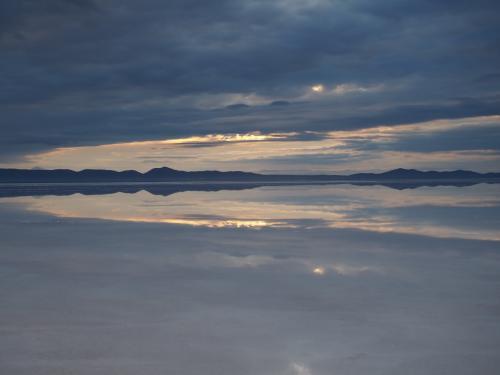 夜が明けてきた・・・風もなく、360°鏡張り。