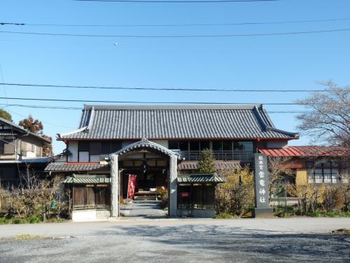 駐車場の向かい側、県道の北側にも、神社の関連施設(住まい?)があります。