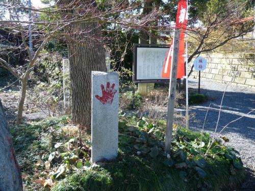 駐車場から神社へ向かう途中に「雷電爲右衛門の手形」があります。