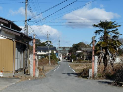 こちらが神社の正面への参道です。車で来るには道が狭いし、分かり難いと思います。