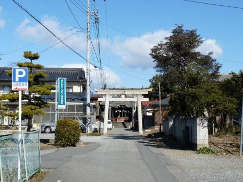 参道を進むと、途中の鳥居の手前に「左、公園駐車場」の看板があります。