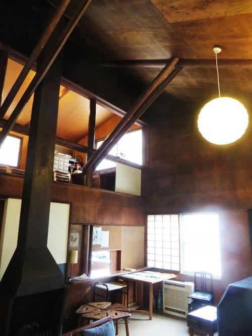 リビングルームの様子であるが、木のぬくもりを感じるような、しかも天井が高く、落ち着いた雰囲気を有する。