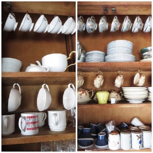 キッチンには大きな食器棚があり、中をみさせていただくと、元の持ち主が使っていた食器がそのままたくさん置かれている。