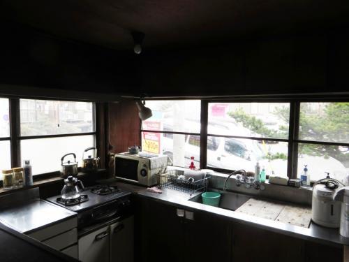 キッチンをのぞかせていただいた。大きな窓が2面あり、明るい日差しが入って来る。<br />