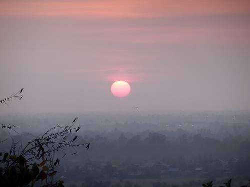 アンコールワットに沈む12/30の夕陽。日本は寒いだろうなあと思いながら見る夕陽はあったかー。