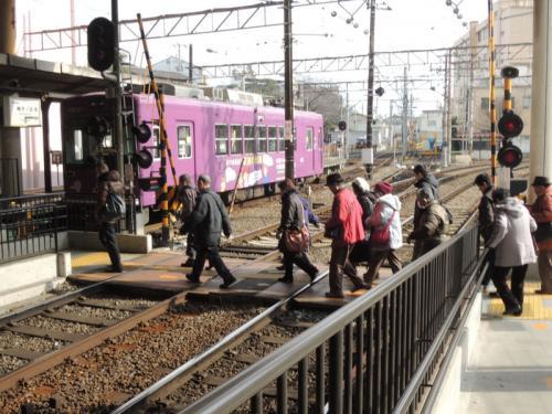 ホームの移動は、電車が来ていない間に線路を渡る。
