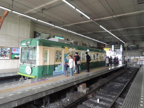 ここから一日券を購入し、京福電気鉄道の嵐電(らんでん)に乗り換え。入って来たのは江ノ電の車両。