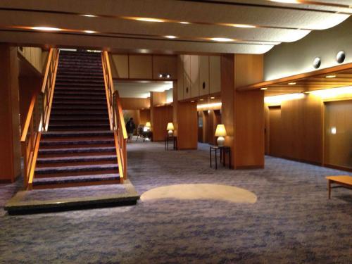 1階ロビーは広々。<br />翌朝の朝食レストランのある2階へと繋がる階段が目の前に。