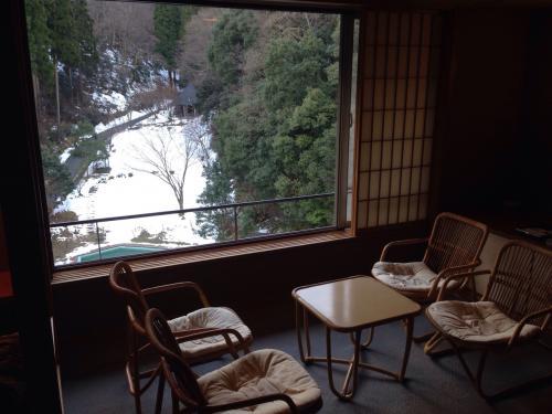 窓際のテーブル&椅子もあり、自然に囲まれたお庭の景色が楽しめました。