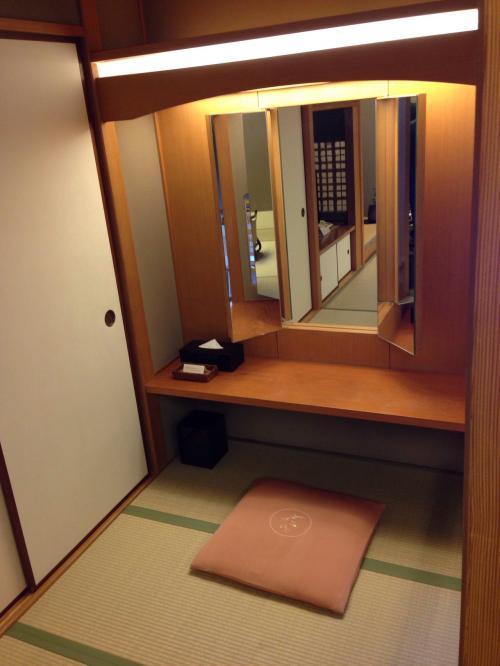 客室の一番奥には鏡台がありました。