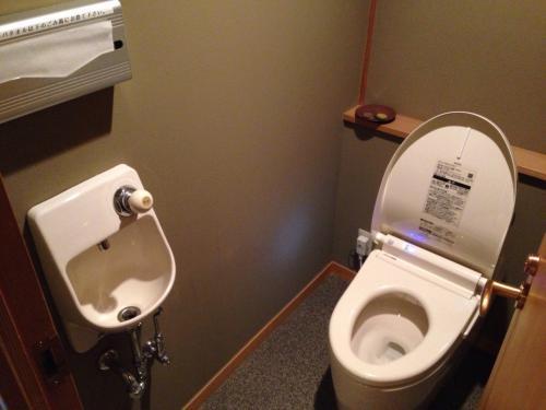 トイレです。電気をつけて扉を開けるとセンサーで自動的に便座の蓋が開くという最新型?でした!