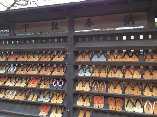 JR城崎温泉駅前には外湯めぐりする時に履く様々な下駄がズラリと並べて奉納されてましたよ。