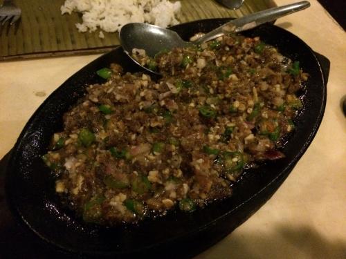 そして豚のシシグ☆<br />豚の挽肉をガーリック、オニオン、青唐辛子と炒めたもの。<br />しっかりした味付けで、ビール&白飯がやばいくらい進んじゃう!<br /><br />フィリピン料理はシニガンスープのように酸味がきついのが多く、あまり口に合わないものもあるのだけど、これはピリッと辛みが効いていて大好きなのよね♪