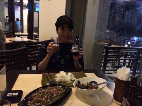 お互いのお誕生日おめでとう&セブ最初の夜に乾杯〜♪<br /><br />フィリピンといえばサンミゲル☆<br />確か前回訪れたときは1本50ペソだったけど今回は59ペソ。<br />物価上昇に円安も相まってお財布に痛いな〜