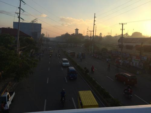 一夜明けて2月12日、おはようございます!<br /><br />フィリピンは日本との時差は1時間、緯度が低いので夜明けも早いわ。<br />6時過ぎでこの明るさ!<br />通勤・通学の人々が通りを行き交っていた。