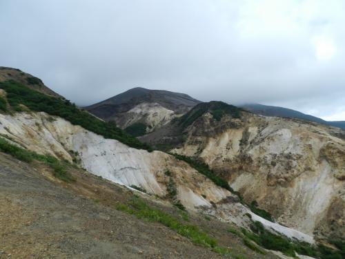 手前の山は山肌が見え、荒涼とした風景です。