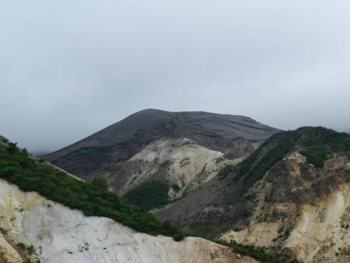その向こうに見える山は...
