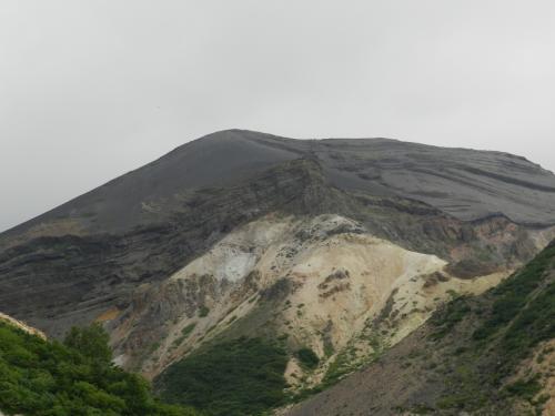 そう、蔵王連峰の「刈田岳(1758m)」です。<br />この山の向こう側に「御釜」があります。